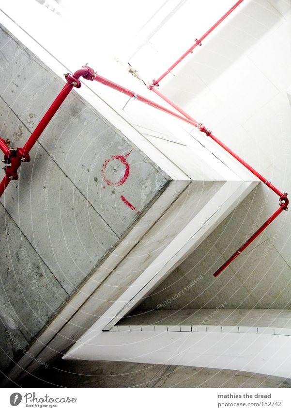DER ROTE FADEN Beton grau Ecke kalt unfreundlich Geometrie Leitung Eisenrohr Röhren rot Verlauf Schilder & Markierungen Warnfarbe Menschenleer Tiefgarage Tunnel