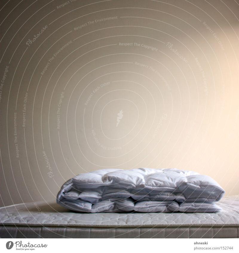 Abgezogen II Bett Bettdecke Schlafmatratze Schlafzimmer schlafen ruhig Einsamkeit Wand Ordnung Decke leer Haushalt Detailaufnahme Betten beziehen
