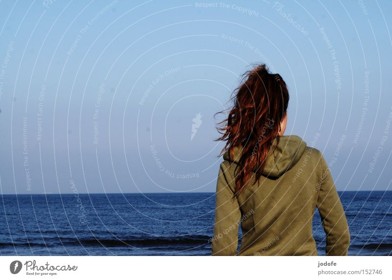 let's never stop... Mensch Frau Jugendliche Meer Freude Einsamkeit ruhig Erwachsene Ferne feminin Haare & Frisuren Horizont Wellen Wind Rücken laufen