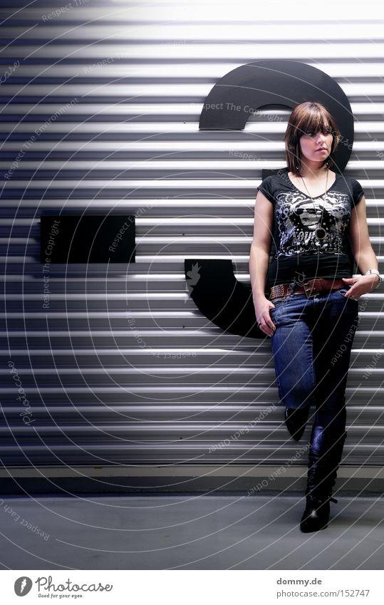 drei Frau dunkel kalt Erholung Linie Zufriedenheit Metall 3 Coolness stehen Ziffern & Zahlen Dame Verkehrswege Typographie lässig