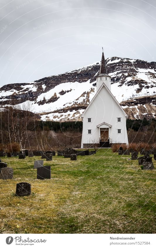 Nordland Natur Landschaft dunkel Berge u. Gebirge kalt Architektur Wiese Wege & Pfade Schnee Gras Religion & Glaube Gebäude Zeit Felsen Regen Kirche