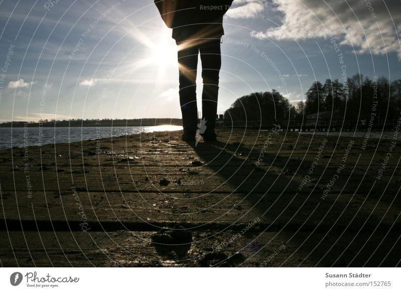 Der Sonne entgegen.... Himmel Winter Strand Wolken kalt Holz Eis Beine Küste laufen Spaziergang Sonnenstrahlen Steg frieren Maserung