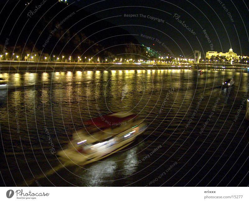 Nachtfahrt Wasserfahrzeug Langzeitbelichtung Europa Donau Fluss