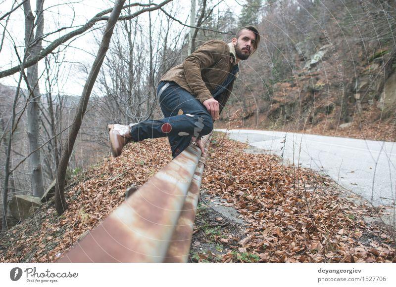 Gehen der jungen Männer Ferien & Urlaub & Reisen Ausflug Abenteuer Mensch Junge Mann Erwachsene Jugendliche Natur Landschaft Himmel Park Straße Einsamkeit