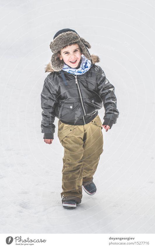 Kind spielt auf dem Schnee Freude Glück Winter Junge Kindheit Natur Park Jacke klein weiß laufen Jahreszeiten kalt Spaziergang weg Rücken eine Frost