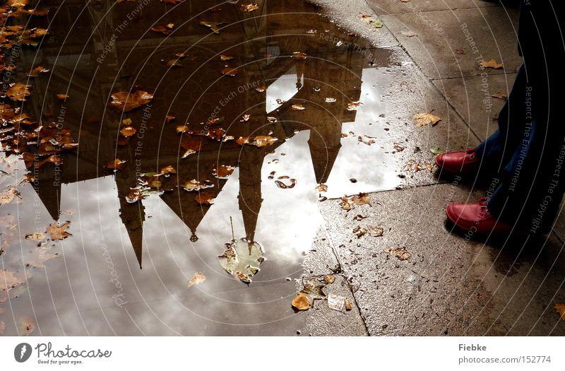 Im Spiegel der Vergangenheit Wasser rot Blatt Herbst Religion & Glaube Beine Fuß Schuhe Kirche Bodenbelag London England Pfütze Gotteshäuser