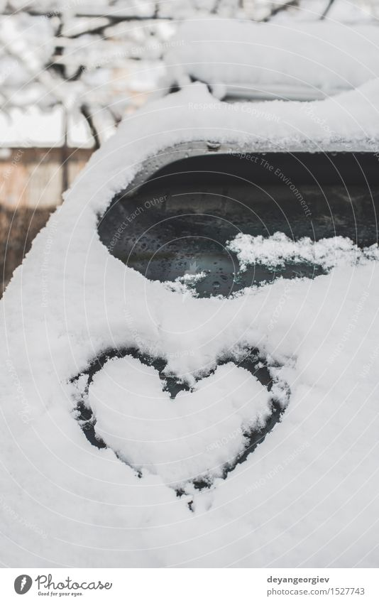 Schneeherzform auf Auto. Winter PKW Herz Liebe Fröhlichkeit weiß Romantik Eis kalt Symbole & Metaphern Frost romantisch Fenster Zeichnung Hintergrund Glas