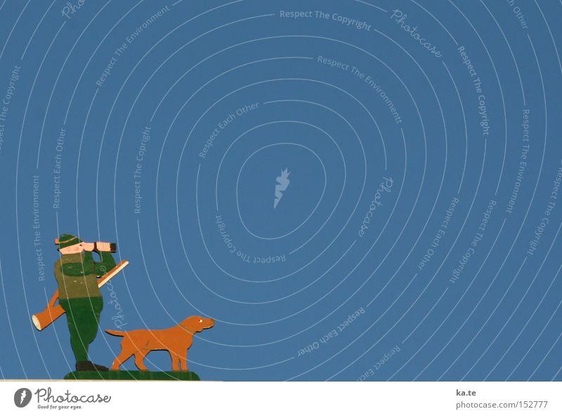 weitsichtig Freizeit & Hobby Jagd Himmel Hut Hund 1 Tier Fernglas Holz Blick stehen warten blau braun grün Vorfreude Wachsamkeit geduldig Neugier Jäger Dackel