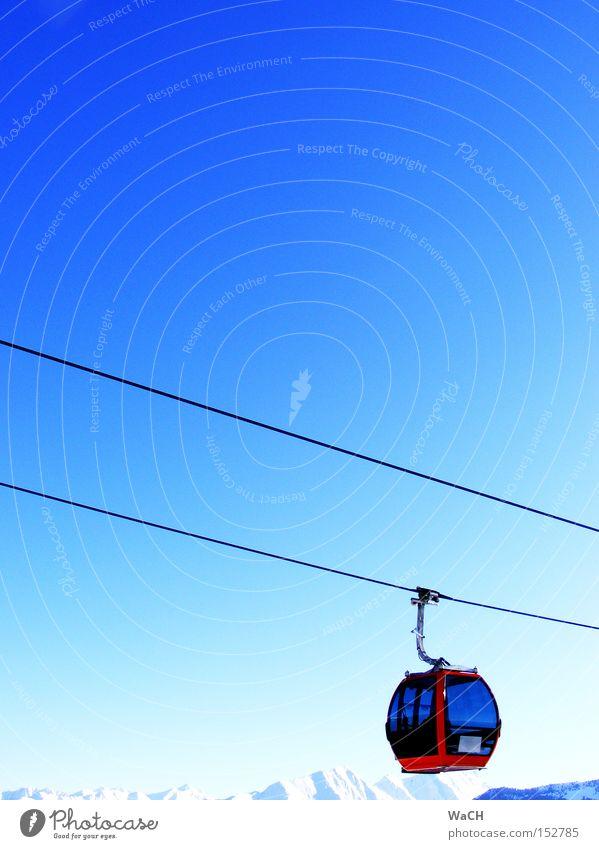 Harter Aufstieg; zum Glück gibts Gondeln Winter Freude kalt Schnee Berge u. Gebirge Bewegung Freizeit & Hobby groß Abenteuer Luftverkehr Coolness fahren hängen anstrengen Vorfreude himmelblau