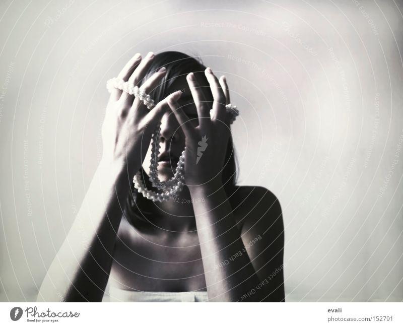 On a besoin du silence Porträt Schwarzweißfoto schwarz Hand Frau bw black white Kette necklace hands Arme arms festhalten Gesicht verdecken