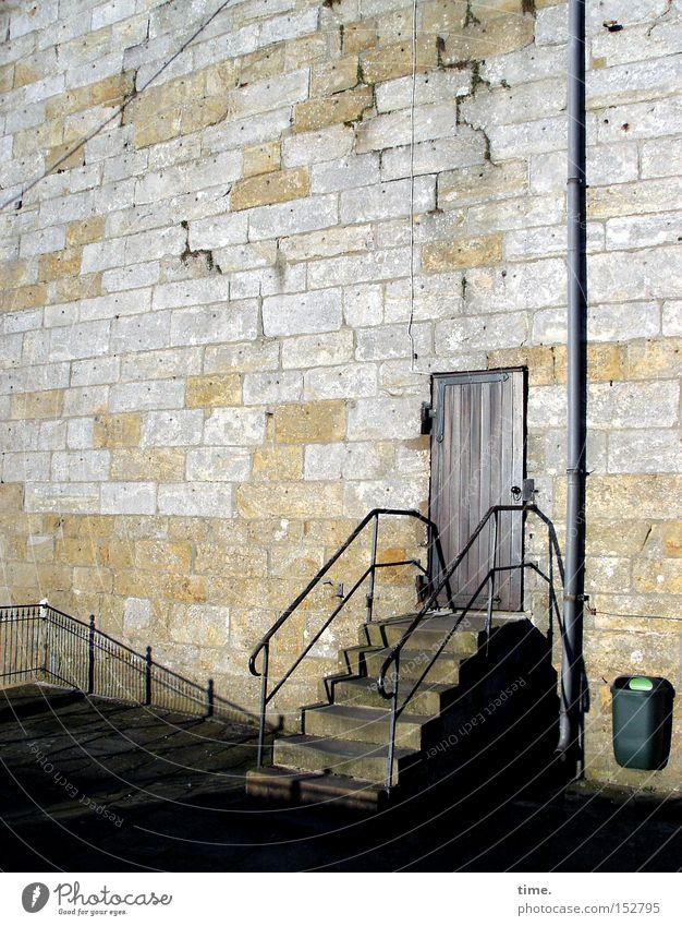 Sesam hat Feierabend Turm Architektur Mauer Wand Treppe Tür Wahrzeichen Stein alt historisch Sandstein Geländer Treppengeländer Müllbehälter Fallrohr Fuge