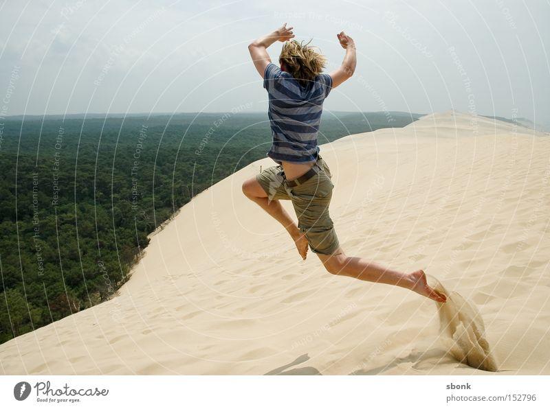Sprung ins kalte Grün Sommer springen Freiheit Sand fliegen frei Luftverkehr Wüste heiß Frankreich Düne