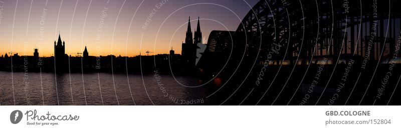 Panorama op Kölsch Wasser Himmel dunkel groß Köln Abenddämmerung Panorama (Bildformat) Rhein Nachtaufnahme Querformat Kölner Dom Hohenzollernbrücke