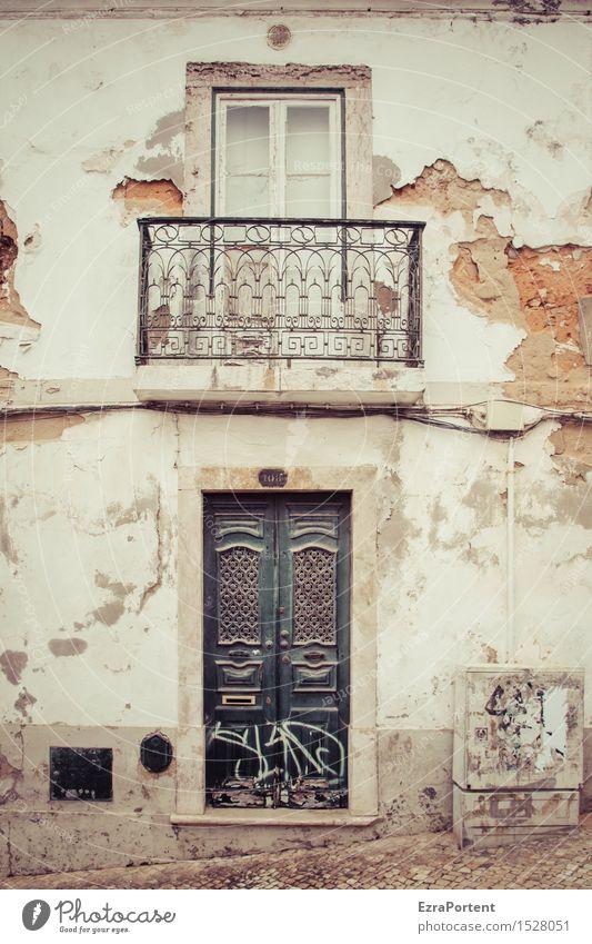Viver e ser tolerante Ferien & Urlaub & Reisen Stadt alt weiß Haus Fenster Wand Architektur Leben Senior Gebäude Mauer grau Zeit braun Fassade