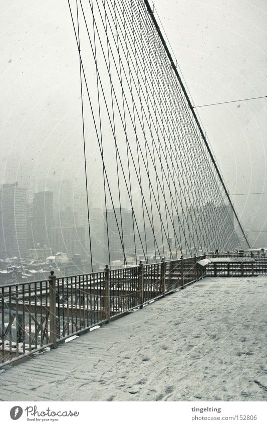 brückensicht Brooklyn Bridge New York City Schnee Geländer Seil Hochhaus Skyline Nebel weiß Winter Brücke streben