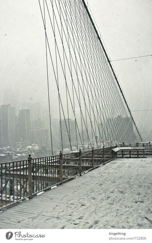 brückensicht weiß Winter Schnee Nebel Hochhaus Seil Brücke Skyline Geländer New York City streben Brooklyn Bridge