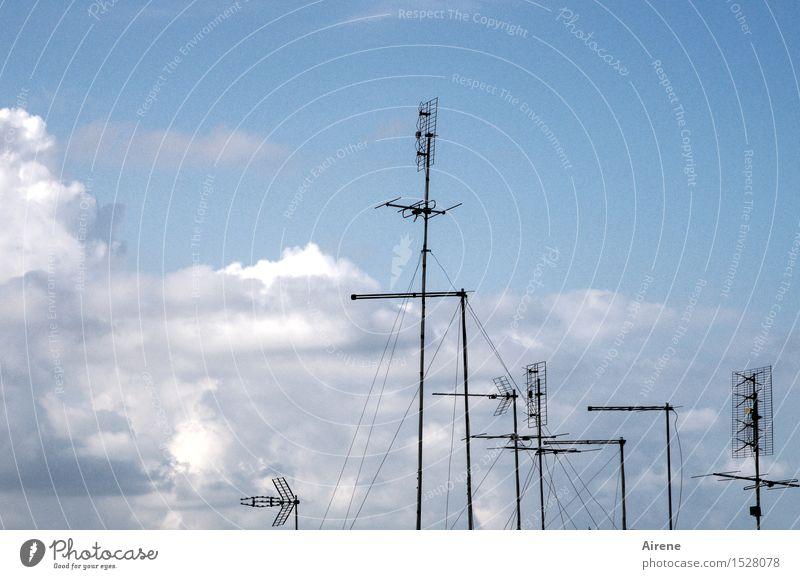 historisch   terrestrisch Antennen Unterhaltungselektronik Himmel nur Himmel Wolken Schönes Wetter Metall Stahl Linie Luft Fernsehen schauen Musik hören eckig