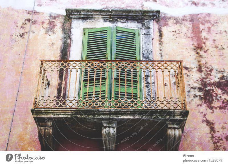 Märchen | Frau Holle schläft Stadt alt grün Haus dunkel Fenster Holz Fassade Metall rosa Tür trist gefährlich Italien Romantik kaputt
