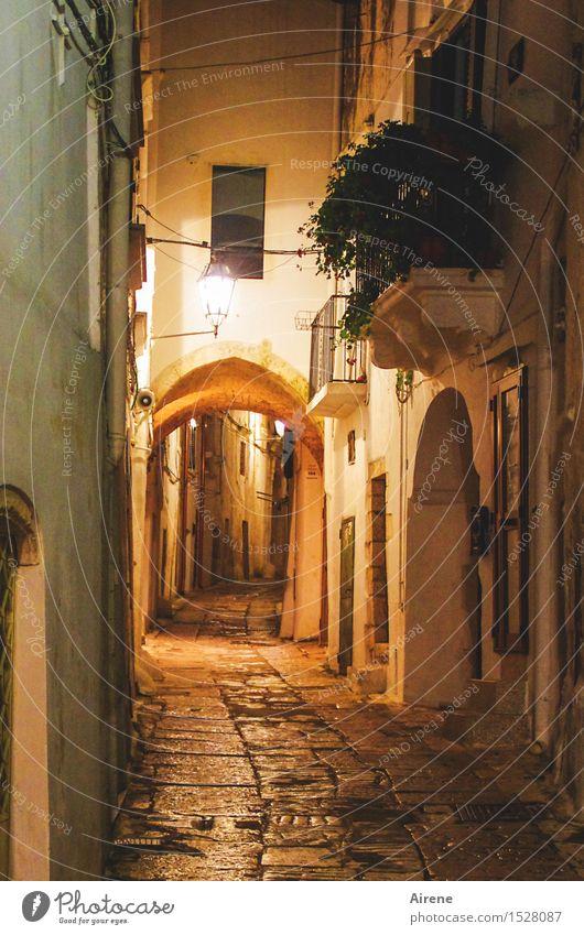 Nachtstück menschenleer Italien Apulien Südeuropa Kleinstadt Stadt Altstadt Tor Mauer Wand Fassade Balkon Torbogen Straße Gasse Lampe Laterne Straßenbeleuchtung