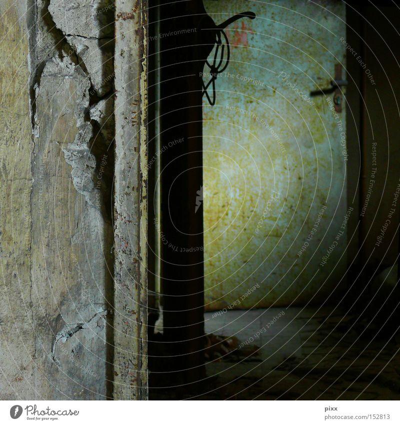 Nimm die Tür gruselig unheimlich Durchgang dunkel Schatten Licht Angst Architektur verfallen Raum Kellertür