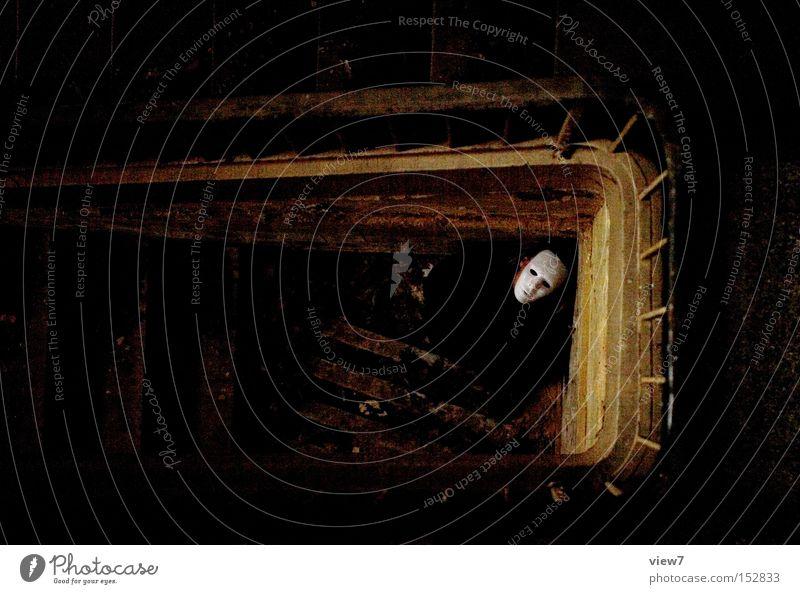 Angst. Mann weiß dunkel lustig Angst Maske gruselig Wut obskur Treppenhaus Panik Ärger unsichtbar Opfer Mörder unkenntlich