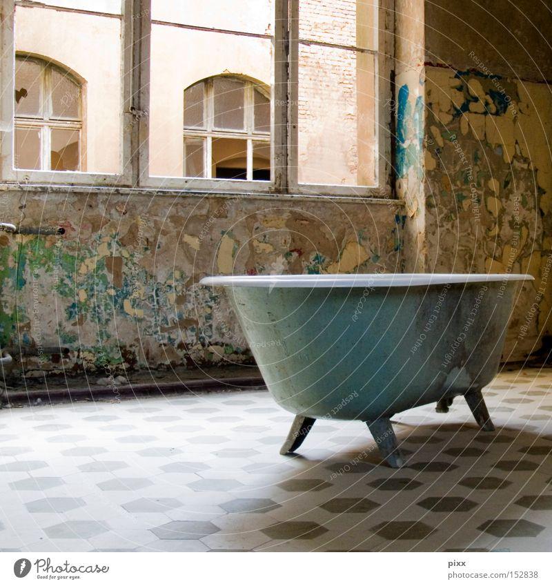Badetag alt Fenster kaputt Badewanne verfallen historisch Verfall schäbig Unbewohnt Altbau Objektfotografie veraltet baufällig Altbauwohnung Unbewohnbar