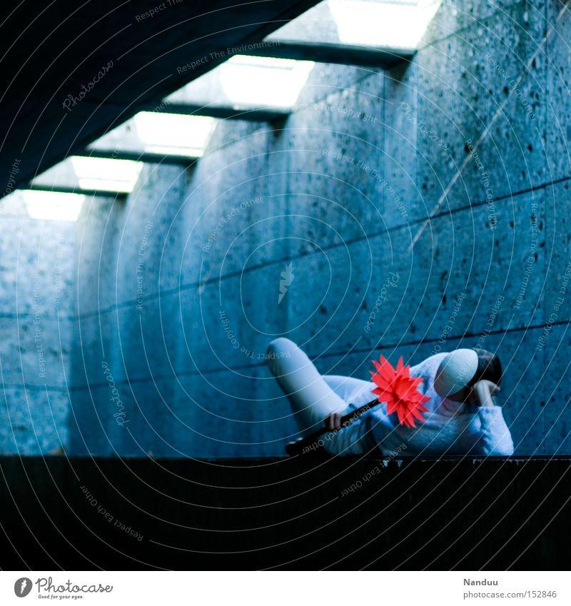 Man könnte aufstehen, muss aber nicht. Mensch Blume Maske skurril blau liegen festhalten bequem weiß gesichtslos Unterführung Beton Frieden Tunnel Lichtschacht