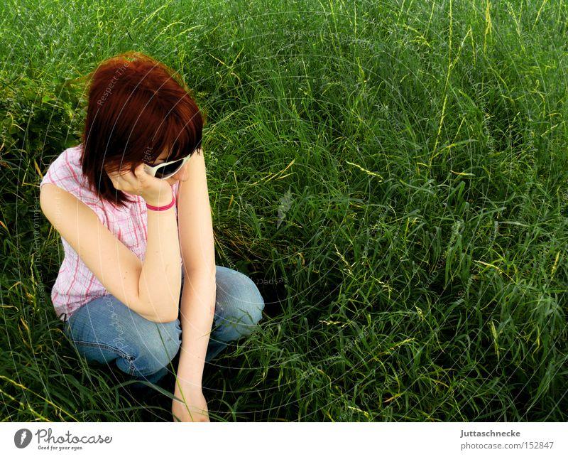 Fad isses Frau grün Sommer Gras sitzen Jeanshose Frieden Langeweile hocken