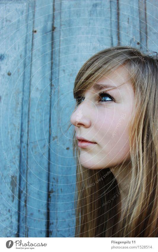 blaues Leuchten Mensch Jugendliche schön Junge Frau ruhig 18-30 Jahre Gesicht kalt Erwachsene Gefühle feminin Denken außergewöhnlich Haare & Frisuren Kopf hell