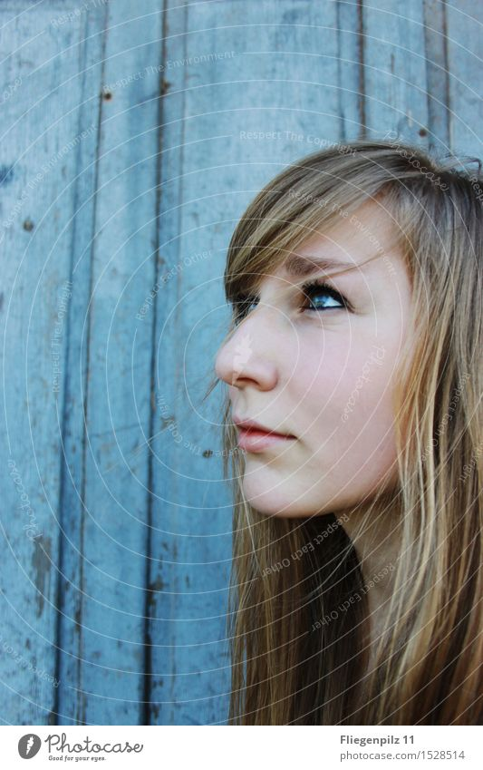 blaues Leuchten schön Körperpflege Gesicht feminin Junge Frau Jugendliche Kopf Haare & Frisuren 1 Mensch 13-18 Jahre 18-30 Jahre Erwachsene blond langhaarig