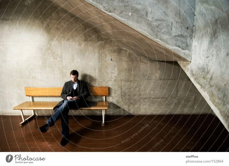 Warten auf 2oo9 [Zweiter Akt] Bank sitzen warten Langeweile Kellergewölbe Beton dunkel Mann