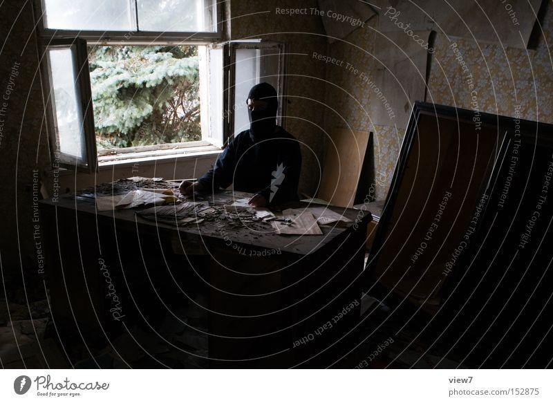 Arbeitsplatz Büro Schreibtisch schädlich unordentlich Fenster Aussicht Krimineller Kraft unsichtbar unkenntlich vermummen vermummt Schriftstück