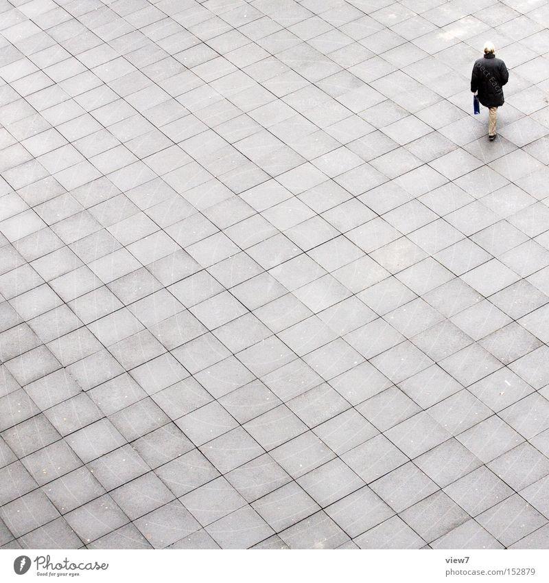 Der Letzte. Mann Erwachsene 1 Mensch Platz Wege & Pfade Beton Linie Streifen gehen laufen tragen authentisch einfach elegant modern trist grau quer Arbeitsweg