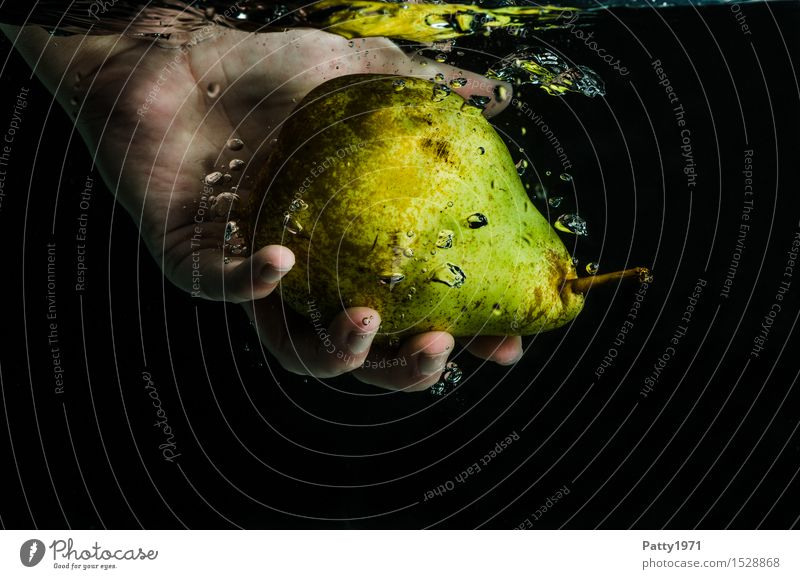 Birne Lebensmittel Frucht Bioprodukte Vegetarische Ernährung Diät Trinkwasser Gesunde Ernährung Hand Finger frisch Gesundheit lecker nass natürlich grün Wasser