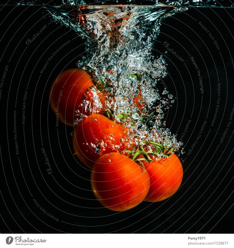 Tomaten Gemüse Bioprodukte Vegetarische Ernährung Diät Trinkwasser Gesunde Ernährung frisch Gesundheit lecker nass natürlich grün rot genießen platschen