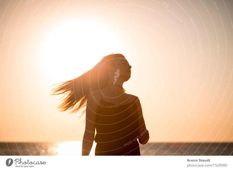 Sommersilhouette Mensch Frau Natur Ferien & Urlaub & Reisen Jugendliche schön Junge Frau Erholung Freude Strand Erwachsene Leben Bewegung feminin Stil Lifestyle