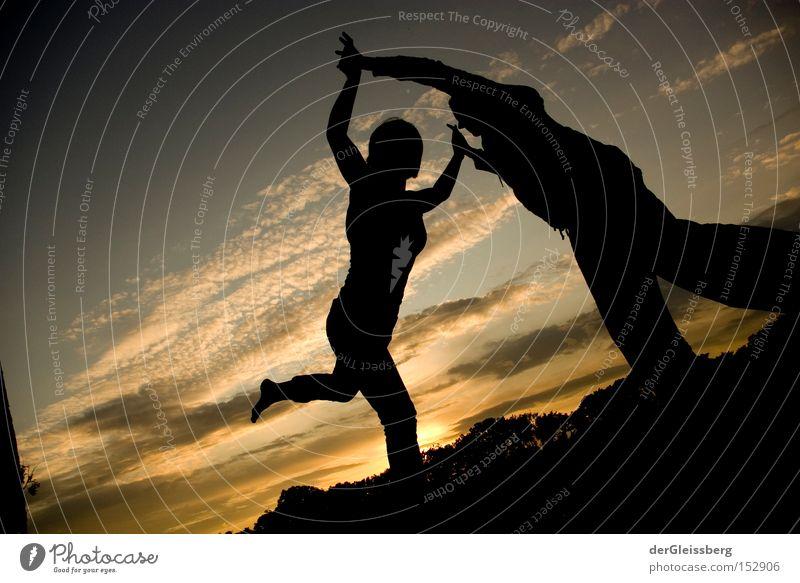 Gleichgewichtsmomente Tanzen Gegenlicht Sonnenuntergang Licht Zufriedenheit ruhig berühren schwarz gelb Himmel Vertrauen Konzentration Funsport Slacklinen