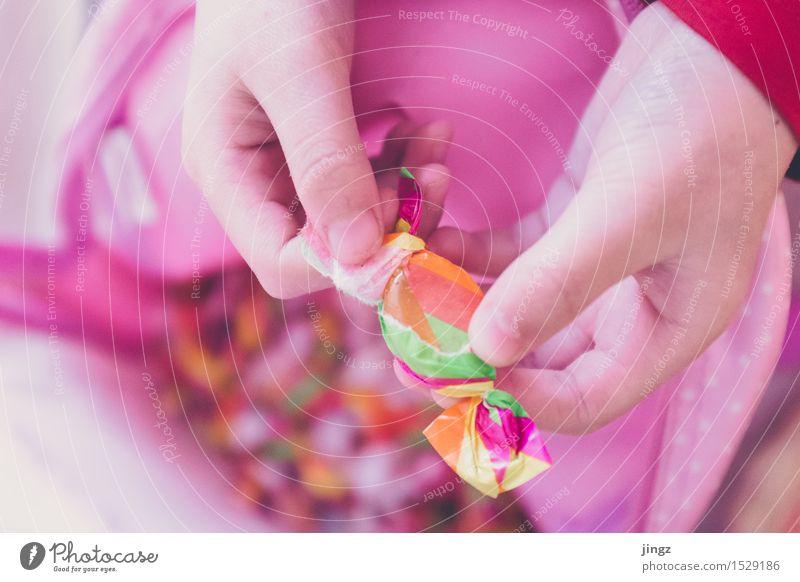 Aufreißer Kind Hand Freude Glück klein hell rosa Kindheit süß lecker Süßwaren Karneval Vorfreude Bonbon Zerstörung Erwartung