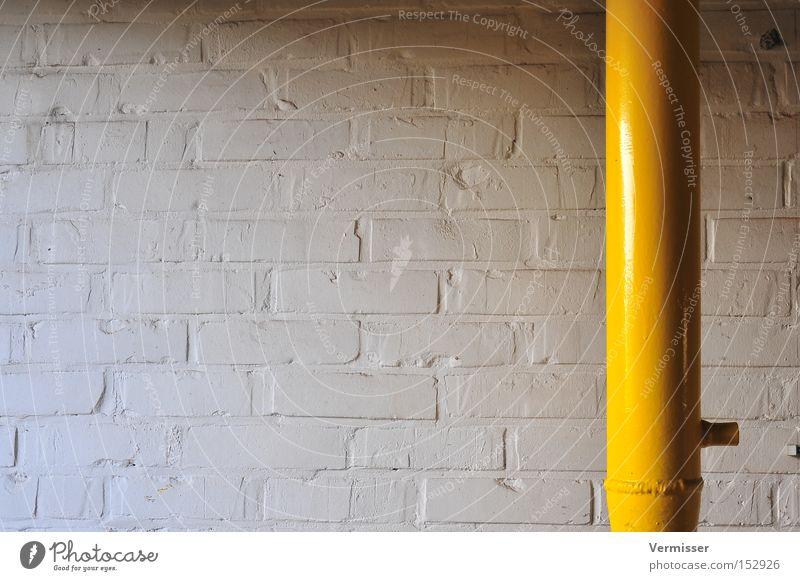 Durchbruch. Wand Stein Farbe weiß gelb Eisenrohr Metall Licht Schatten Strukturen & Formen Einsamkeit Industrie