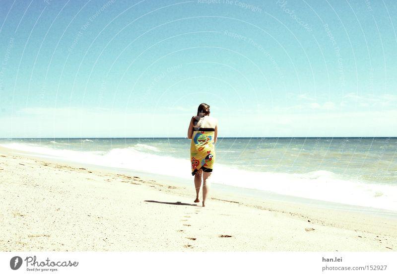 Sehnsucht Frau Sonne Meer blau Sommer Strand Ferien & Urlaub & Reisen Erholung Wege & Pfade Wärme Kraft Wellen Gesundheit Wind laufen Freizeit & Hobby