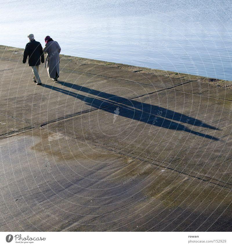 Sonntagsspaziergang Spaziergang Schatten alt Senior Paar Zusammensein Ehe Zufriedenheit paarweise