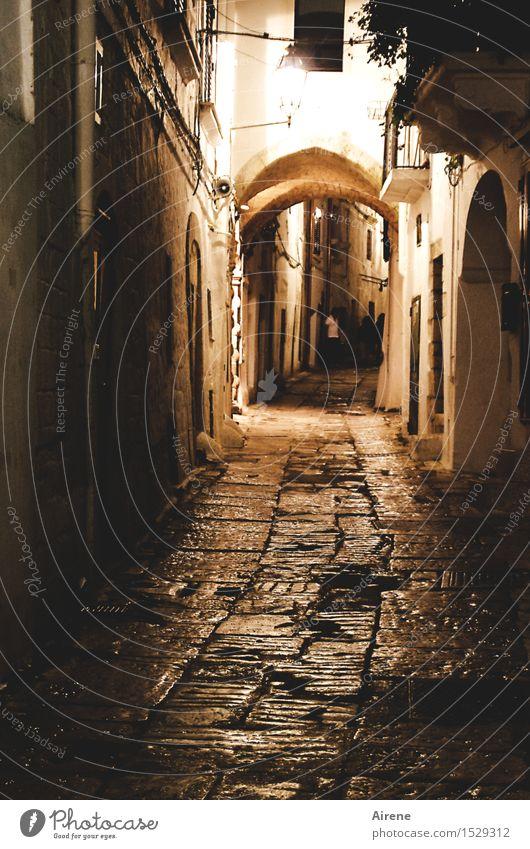 Nachtstück belebt Mensch Stadt alt Einsamkeit Haus dunkel schwarz Straße Wege & Pfade braun gehen Fassade orange leuchten gefährlich Italien