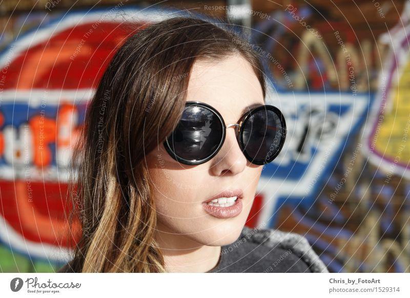 chris_by_fotoart Lifestyle Stil Frau Erwachsene 1 Mensch 18-30 Jahre Jugendliche Landkreis Esslingen Sportpark Mode Sonnenbrille brünett langhaarig Lächeln