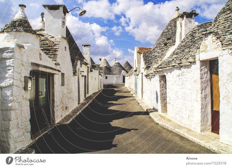 Trulli Himmel blau weiß Wolken Haus Straße Wege & Pfade grau außergewöhnlich Fassade Spitze einzigartig Italien Schönes Wetter Dach Dorf