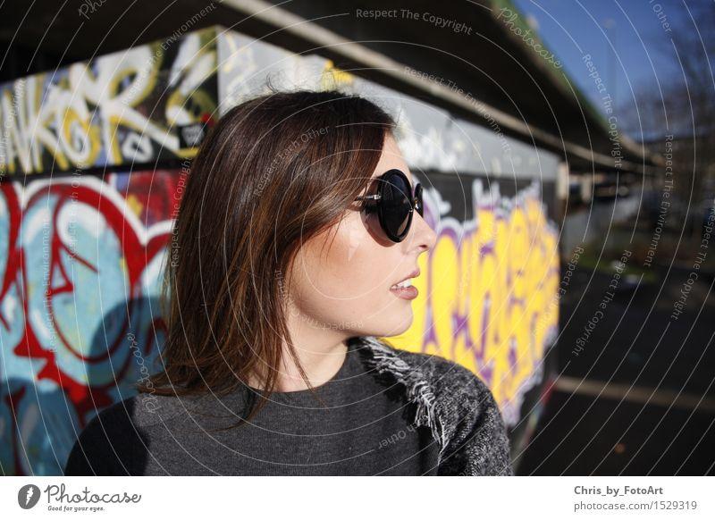 chris_by_fotoart Mensch Frau Jugendliche schön Junge Frau 18-30 Jahre Erwachsene Graffiti Lifestyle Mode elegant einzigartig Coolness brünett langhaarig Sonnenbrille