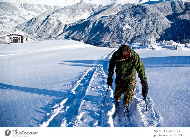 Gipfelstürmer Lifestyle Winter Schnee Berge u. Gebirge Sport Wintersport Sportler wandern Skifahren Skier Mensch maskulin Mann Erwachsene Umwelt Natur Dorf