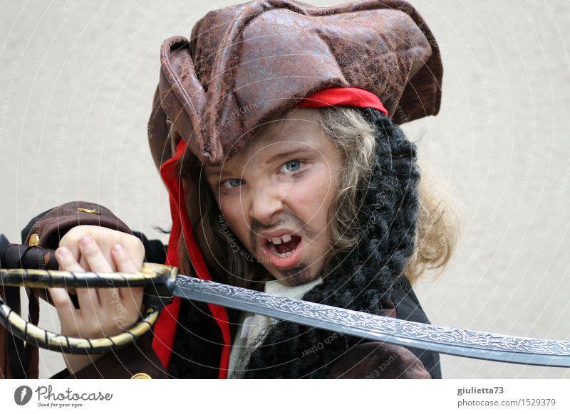 Ready to attack! Mensch Kind Gefühle Junge Kindheit Abenteuer 8-13 Jahre Wut Karneval Hut langhaarig Gewalt Locken schreien Aggression kämpfen