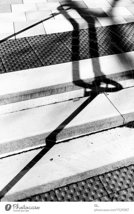 stufe 2 Architektur Treppe Wege & Pfade Geländer Boden eckig Schwarzweißfoto Außenaufnahme abstrakt Muster Menschenleer Tag Licht Schatten Kontrast Sonnenlicht