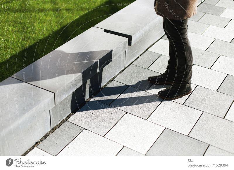 frau und schatten Mensch Frau Erwachsene Leben Beine 1 Schönes Wetter Wiese Mauer Wand Fußgänger Wege & Pfade Bekleidung Hose Mantel Schuhe Boden stehen warten