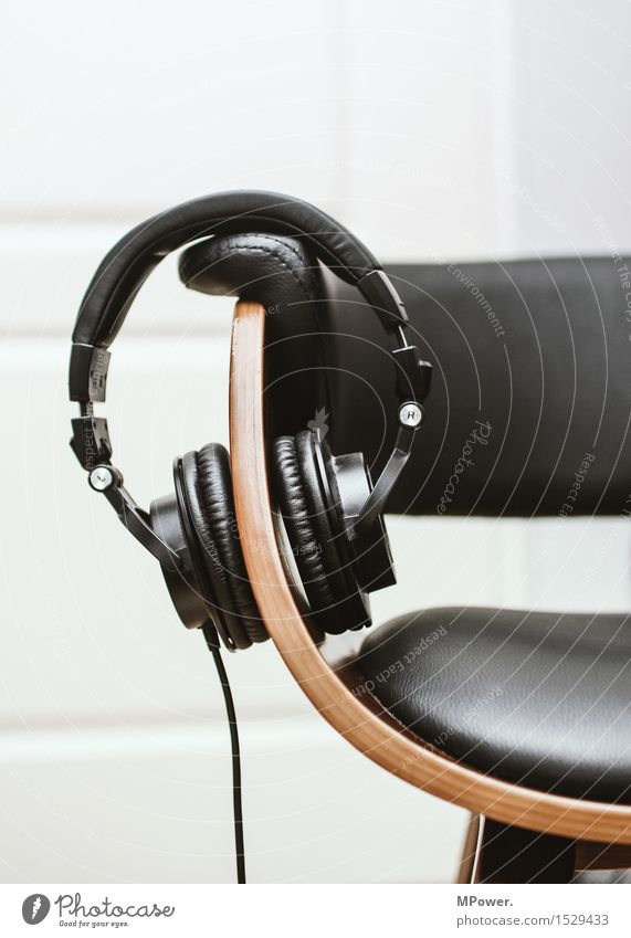 hörer Erholung träumen Musik Technik & Technologie Kabel Stuhl Konzentration Kopfhörer Radio Leder Klang erleben Unterhaltungselektronik Headset Tonstudio